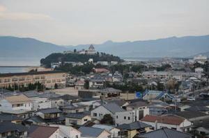 唐津の街並みを見下ろすように位置する唐津城。領主が短期間で交代したため、町人の力が強い独自の文化が生まれた=唐津市