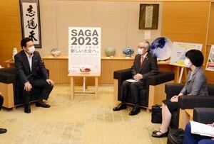 山口祥義知事(左)に、国民スポーツ大会の1年延期を要望した日本スポーツ協会の伊藤雅俊会長(左から2人目)と藤江陽子スポーツ庁次長=佐賀県庁
