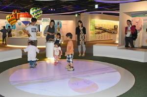 1日にオープンし、家族連れらでにぎわうバルーンミュージアム=佐賀市松原
