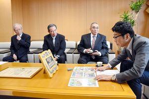 小松市長(右)に受賞を報告するコスモス街道づくり実行委員会の人たち=武雄市役所