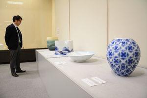 佐賀県内の名作家たちの器が並んだ会場=唐津市新興町の唐津市近代図書館