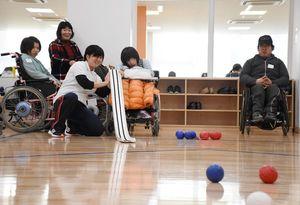 ボッチャを楽しむ参加者=佐賀市の佐賀市青少年センター