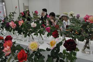 バラの香りが漂う会場で見て回る来場者=佐賀市の佐賀玉屋本館北側の玉屋ビル
