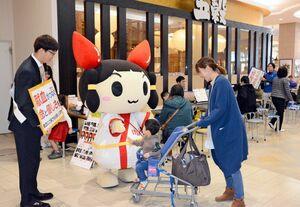 買い物客に献血の協力を呼び掛ける学生ら=佐賀市のゆめタウン佐賀