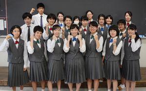 県展デザイン部門で19人が入賞入選した有田工高の3年生=有田工高