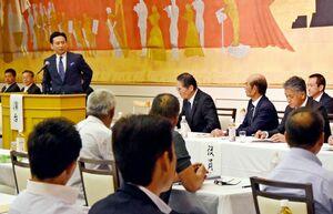 昨年の佐賀県有明海漁協の総代会では、山口知事(左)が徳永重昭組合長(奥中央)らに、オスプレイの佐賀空港配備に向けた公害防止協定の見直しを要請した=2019年6月28日