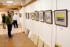 鹿島美術人協会会員が手掛けた色紙などの作品が並ぶ会場=鹿島市高津原のアンジェリック伊東