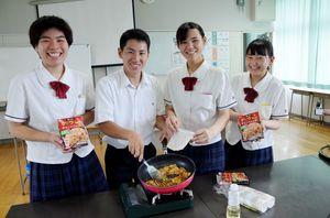 10代目社長の橋本京果さん(右)ら開発を主導した「からつ学美舎」の経営幹部=唐津商