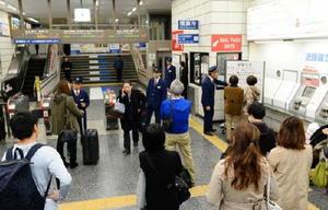 電光掲示板などで列車の運行状況を確認する利用者=佐賀市のJR佐賀駅
