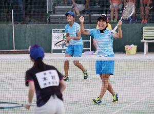 ソフトテニス女子個人3回戦 4回戦進出を決めて喜ぶ清和の宮原あかり(左)・山田奈央組=三重県鈴鹿市の三重交通Gスポーツの杜鈴鹿庭球場