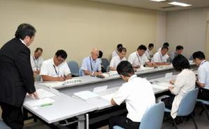 嘉瀬川水系の取水制限を受け、会合で情報を共有する出席者=佐賀県庁