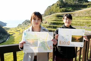 「浜野浦の棚田マップ」を作成した国重亜樹奈さん(左)と高橋葉月さん=玄海町の浜野浦の棚田