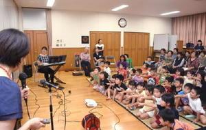 子どもたちへの絵本の読み聞かせを実演し、家読の素晴らしさを広める黒川町うちどく広め隊=伊万里市の松浦公民館