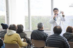 安定ヨウ素剤事前配布説明会で医師から取り扱い方法を聞く参加者=1月13日、伊万里市役所