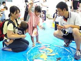 魚釣りの遊びを楽しむ参加者=鳥栖市の九州龍谷短大