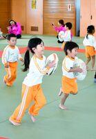 ラグビーボールを持って走り回る子どもたち=佐賀市の諸富文化体育館