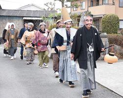 地区の家々を歩いて回る七福神一行=神埼市千代田町姉地区