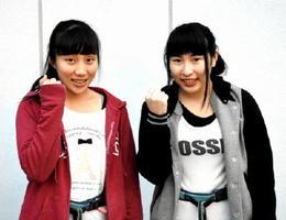 最後の大会で表彰台を狙う多久高の岸川弓子(右)・渡島奈緒組=多久市の同校