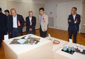 茶器を中心に展示している伊万里・有田焼伝統工芸士展=有田町の県立九州陶磁文化館