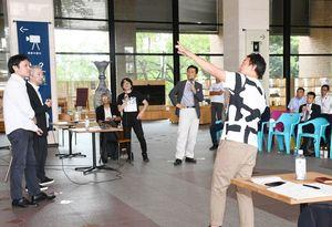 プレゼン後には、発表者への質問や山口知事からのコメントがあった=佐賀県庁
