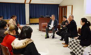 佐賀大の教授や参加者らと討論する中島晴美所長(右から2人目)=西松浦郡有田町の佐賀大有田キャンパス