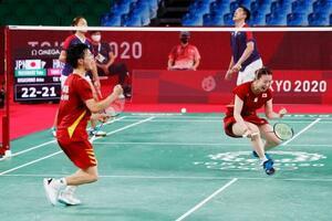 混合ダブルス3位決定戦で香港ペアに勝利し銅メダルを獲得、ガッツポーズで喜ぶ渡辺勇大(左)、東野有紗組=武蔵野の森総合スポーツプラザ