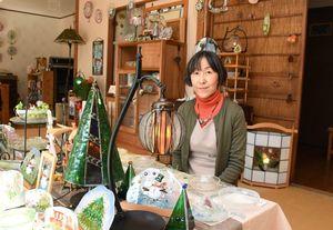カボチャやクリスマスツリーをモチーフにしたステンドグラスのランプなどを出品している石田由美子さん=基山町のアトリエ石田