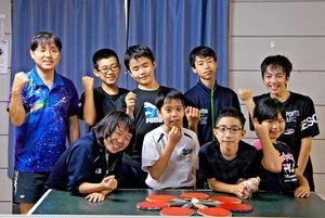 ポイントを挙げた時の「ラッキー」のポーズを取る中原卓球教室の中学生