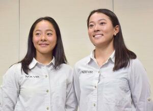 セーリング女子49erFX級の東京五輪代表に決まり取材に応じる山崎アンナ(左)と高野芹奈=10日、成田空港
