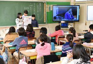 道徳の授業でジェンダーフリーについて学ぶ鍋島小4年3組の児童=佐賀市
