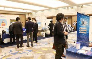 各ブースを回り、最新のIT技術などを体験する参加者=佐賀市のホテルグランデはがくれ