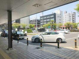 乗客を乗り降りさせるタクシーや乗用車。改修前は車関連のスペースが多かった(佐賀市提供)