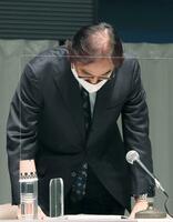 記者会見で外資規制違反について謝罪するフジ・メディアHDの金光修社長=8日午後、東京都内
