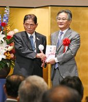 古賀常次郎さん(左)から目録を受け取る池田英雄副知事=ホテルニューオータニ佐賀
