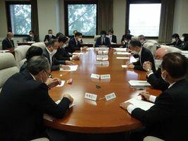 新型コロナ対策の追加補正予算案を審議する臨時県議会を24、25日に開くことを決めた議会運営委員会=県議会棟