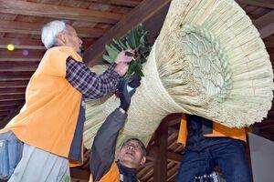 保存会の会員が玄関に取り付けた「鼓の胴の松飾り」。バランスを考えながらユズリハを添えた=佐賀市城内の佐賀城本丸歴史館