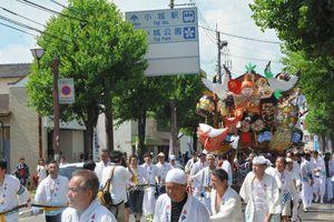 地域の繁栄を願い、大黒天や弁財天などの人形を飾った中町の山笠=小城市小城町(昨年の701年祭から)