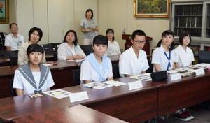 米国の体験を報告する(前列左から)谷口さん、江島さん、久富さん、江口さん、福吉さんの5人=佐賀県庁