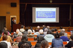 講演会と映画鑑賞を通し、認知症への正しい理解や、連携して支え合う大切さなどを考えた参加者=吉野ヶ里町の肥前精神医療センター