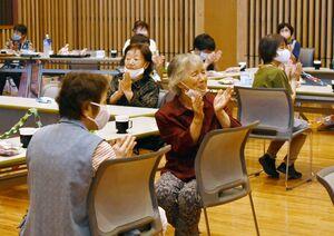 演奏を楽しむ参加者=佐賀市富士町の富士公民館「フォレスタふじ」