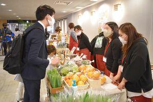 マルシェで花きや果物を売るFJT84のメンバー=2月、佐賀県庁