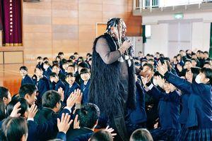 母校・唐津商業高校で後輩の生徒たちから歓迎を受けるUMBRELLA(提供)(C)クリエイターズ・ファイル/honto+