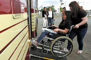 健常者の佐賀女子短期大の学生も車椅子に乗り、スロープからの乗車を体験した