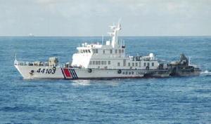 沖縄県・尖閣諸島周辺を航行する中国海警局の船=8日(第11管区海上保安本部提供)