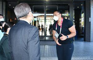 出発前に感謝の言葉を述べるニュージーランドのバレリー・アダムズ選手=佐賀市のホテルニューオータニ佐賀