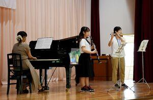 市民会館と50年の時を刻んだグランドピアノを演奏する教諭ら=唐津市の鬼塚小
