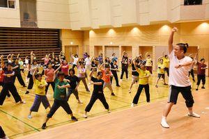 さが維新まつりで披露するダンスの練習をする参加者ら=小城市のドゥイング三日月