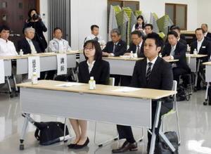 入校式で、関係者のあいさつに聞き入る齊藤義和さんと妻の圭子さん(中央)=武雄市のJAさがみどり地区武雄支所