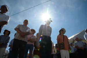 強い日差しの下で出陣式に臨む支持者=東松浦郡玄海町