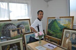 「アトリエ」で母の絵を説明する樋口久夫さん